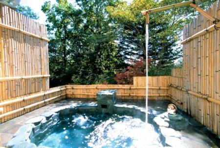 打たせ湯付の温泉露天風呂