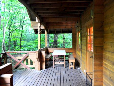 山荘緑に囲まれてのお食事はいかがですか