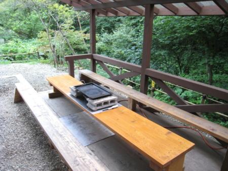 小川沿いのバーベキュー施設(わさび荘)