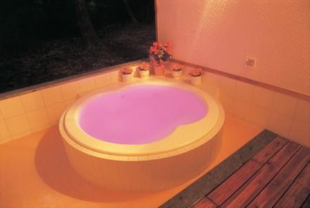 水中光&泡ジェットが幻想的な洋風露天風呂