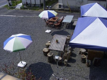 庭でBBQを。大きなテントで雨天も可