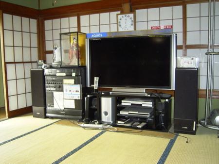 薄型液晶テレビは巨大65インチAQUOS