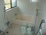 シャワー4器付き。庭からすぐに入浴可