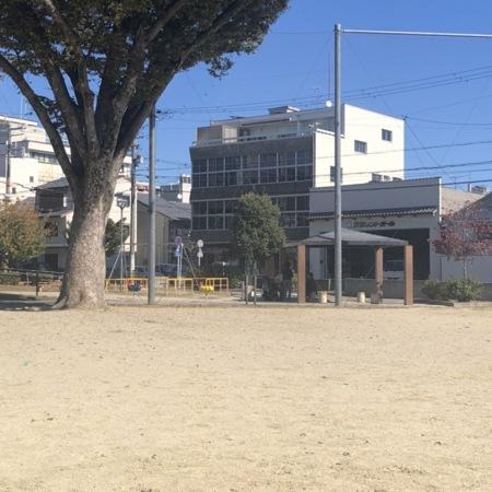 当館正面の公園の広場(球技可)