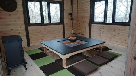 木立ハウスの東屋。こたつタイプです。