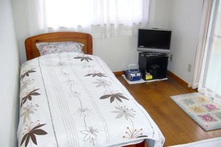 洋室2はシングルベッドとソファーベッド