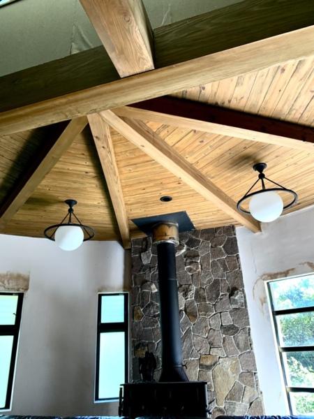 雰囲気のある暖炉とシーリングファン