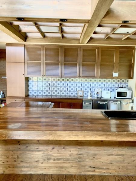 木の温もりを感じる広いキッチンスペース