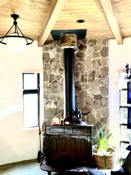 開放的なリビングには暖炉も完備