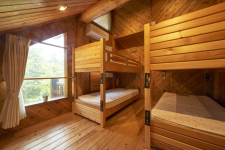 ログの寝室のひとつには2段ベッド!