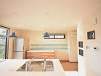 彩りのあるタイル、2号棟対面式キッチン