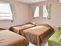 ベッド3台、ソファベッド1台、3号棟寝室