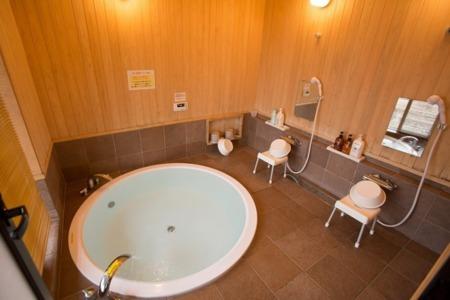 大きな浴槽で天然温泉をお楽しみ下さい