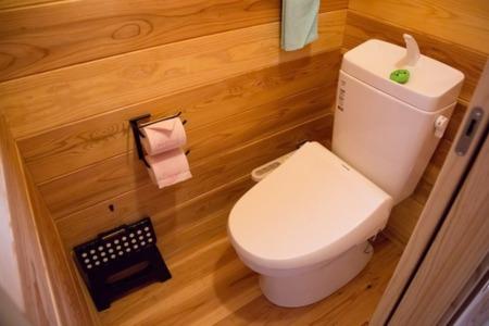 トイレ内装も天然木で落ち着ける空間に