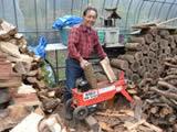 冬の準備で薪割り機械も大活躍