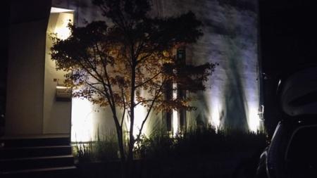 玄関からお洒落で幻想的な光がお出迎え