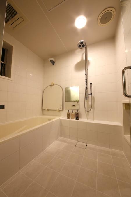 湘南の光が差し込む、明るい浴室
