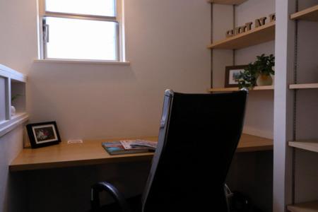 wi-Fi・有線ランを備えた広い机の書斉