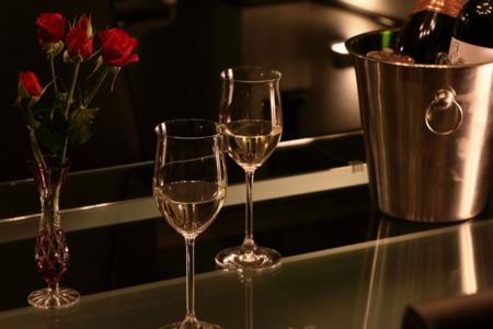ワイングラスが似合う素敵なガラステーブル