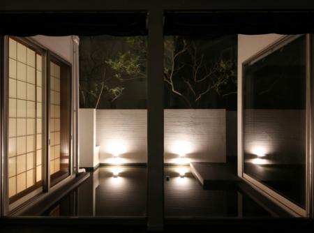 和室と白壁の光が織りなす、美しい水鏡