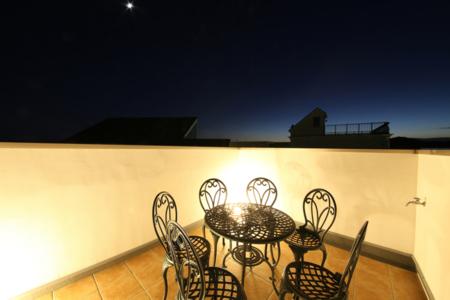 満天の星空が眺められる、夜の屋上テラス