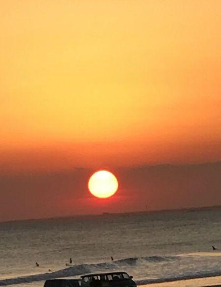 目の前の海から見た夕日です。