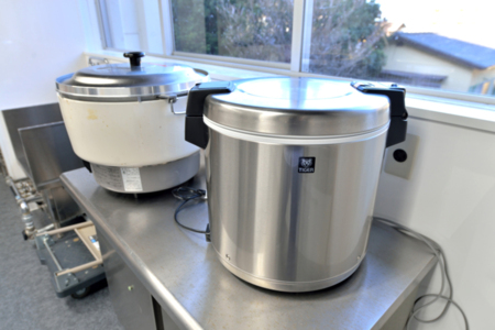 プロ仕様のキッチン設備の一つ、大型炊飯器