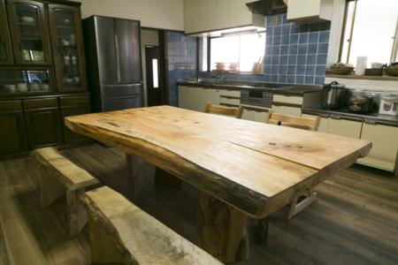 ダイニングキッチン・地産の無垢板テーブル