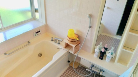 家庭用よりふた回りほど大きめサイズの浴室