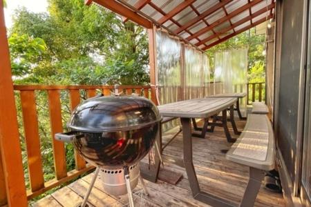 赤い手すりの階段が目印です☆