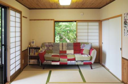 小上がりの和室には3人がけのソファ