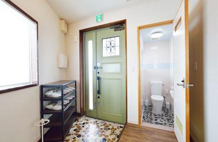 玄関横にトイレがあります。