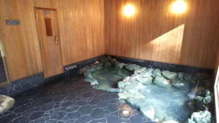 母屋には岩風呂もあります