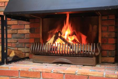 冬は暖炉の炎をお楽しみいただけます。