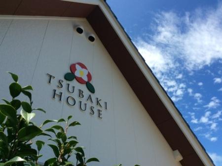 外壁の椿ハウスのロゴがお出迎え