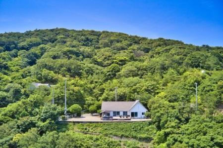 養殖場と対岸の港町