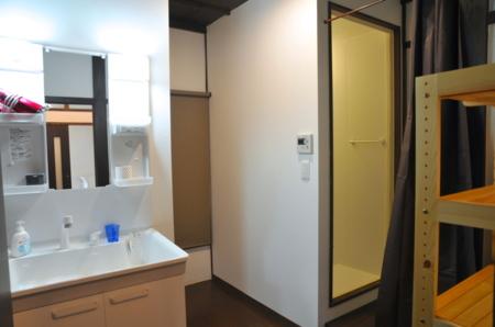 シャワールームと洗面台。綺麗で清潔です