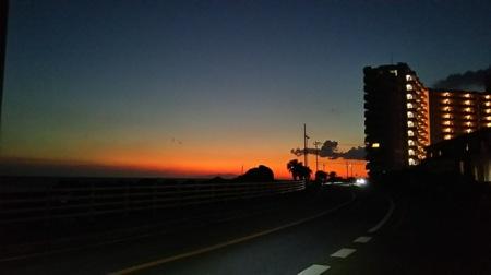 施設前より。夕方には綺麗な夕陽も