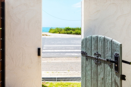 門を開ければ目の前は海