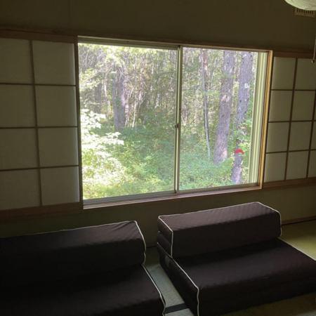 緑に囲まれた静かな和室