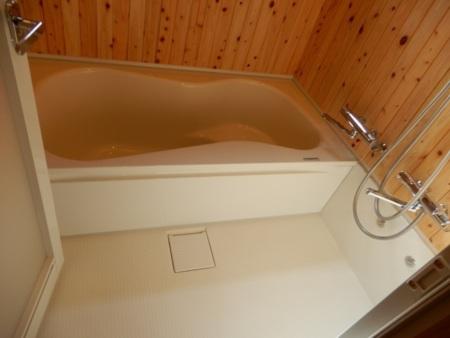 ヒノキ板貼りの浴室