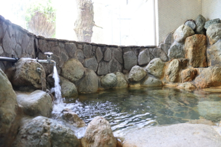 温泉地・熱海ならではの天然岩風呂温泉