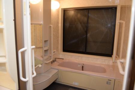 白くて広い浴室