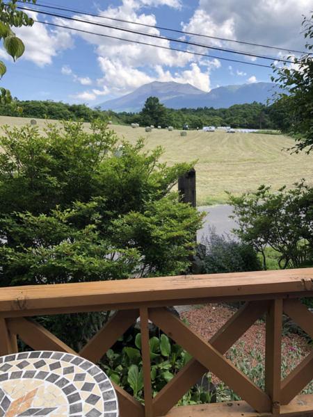 浅間山と牧草ローく