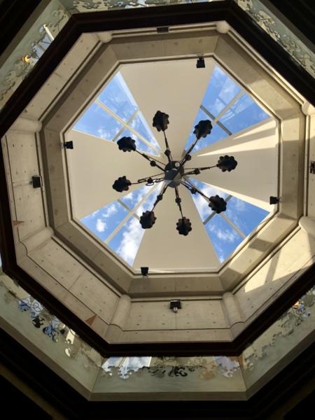八角形の吹き抜け天井。空が見えます。