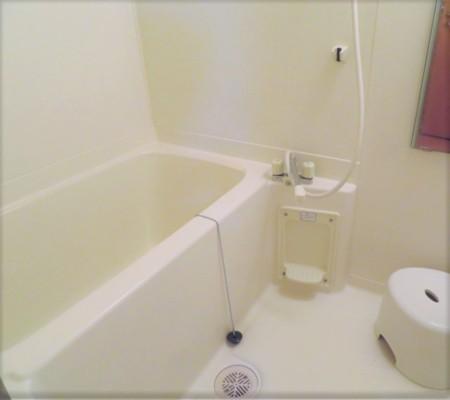 清潔感のある白のバスルーム