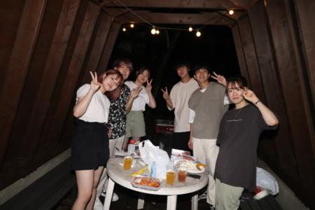 木製の室内は落ち着きます。7名用 1例