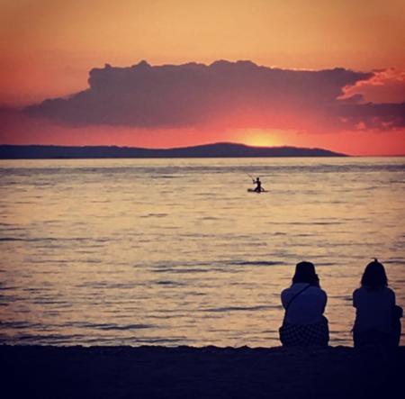 夕焼けの海 水平線に沈みゆく太陽