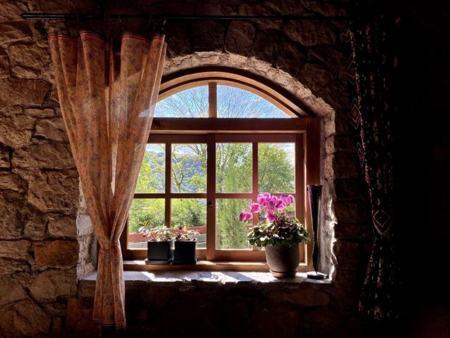 アーチ窓からの眺め・明と暗・光と影