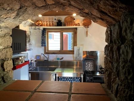 石のアーチでリビングと繋がるキッチン